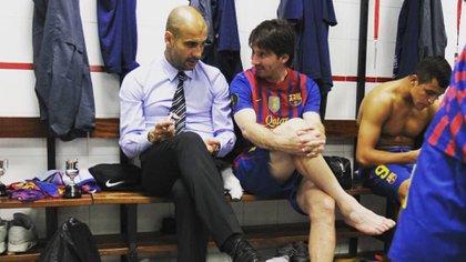 Una imagen histórica: Lionel Messi y Josep Guardiola charlando en el vestuario