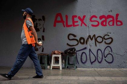 "A man walks in front of graffiti ""Alex Saab all of us"" In Caracas (Venezuela).  EFE / Rayner Peña / Archive"