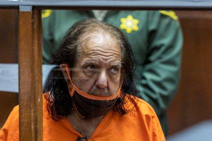 El actor y director porno Ron Jeremy, durante un juicio en su contra por abuso sexual, en el Centro Criminal de Justicia de Los Ángeles (California, EE.UU.). EFE/David McNeew