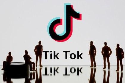 IMAGEN DE ARCHIVO. Figuras impresas en 3D se ven frente al logo de TikTok en esta ilustración del 7 de noviembre, 2019. Picture taken November 7, 2019. REUTERS/Dado Ruvic/Ilustración