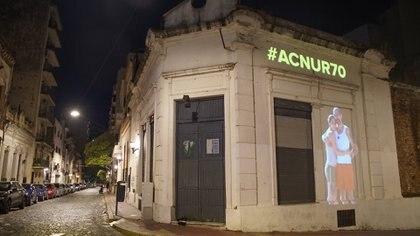 Las fachadas porteñas no fueron las únicas sobre las que se proyectaron imágenes. La acción se repitió en Bogotá, San Pablo, Santiago de Chile y Montevideo (@ACNURSuramerica)