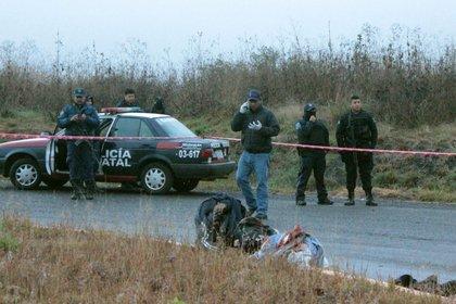 El choque armado entre dos carteles de la droga en una zona rural del occidental estado mexicano de Michoacán dejó un saldo de ocho presuntos sicarios muertos y decapitados, según informaron este viernes autoridades locales (Foto: EFE/STR)