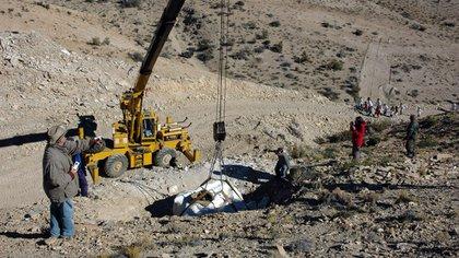 Extracción del bochón de yeso que contiene los restos del dinosaurio. Foto: gentileza investigador (Conicet)
