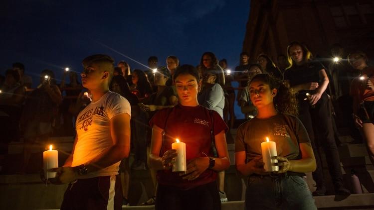 Manifestantes participan en una vigilia en la Escuela Secundaria El Paso después de un tiroteo masivo en un Walmart en El Paso, Texas (Celia Talbot Tobin/The New York Times)