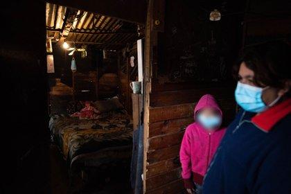 Débora Cainero, en su casilla, donde vive con otras 10 personas (Franco Fafasuli)
