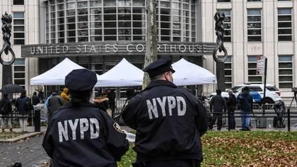 Miembros de la policía de Nueva York mientras los reporteros se reúnen fuera del Palacio de Justicia Federal de Brooklyn, donde Joaquín Guzmán Loera, el narcotraficante mexicano conocido como El Chapo, fue procesado el 13 de noviembre de 2018 (Stephanie Keith / The New York Times)