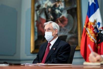 El presidente chileno Sebastián Piñera asiste a una reunión en la casa de gobierno en Santiago, tras el brote de la enfermedad coronavirus (COVID-19), en Santiago de Chile.