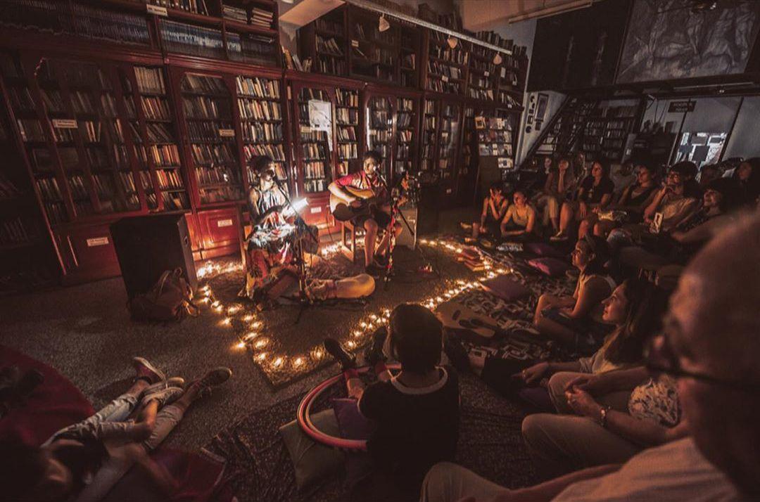 Comparten el amor por los viajes, la música y poesía (@soymanupozzi)