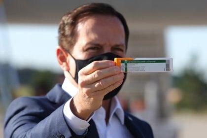 El gobernador del Estado de San Pablo Joao Doria con una caja de la vacuna de Sinovac (REUTERS/Amanda Perobelli)