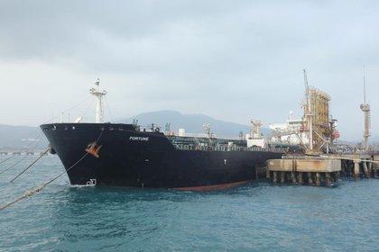 El buque iraní Fortune en la refinería El Palito, de Puerto Cabello (Reuters)
