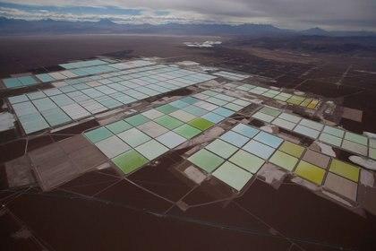 Foto de archivo de una vista aérea de las piscinas de salmuera de la mina de litio de SQM en el desierto de Atacama.  Ene 10, 2013. REUTERS/Ivan Alvarado