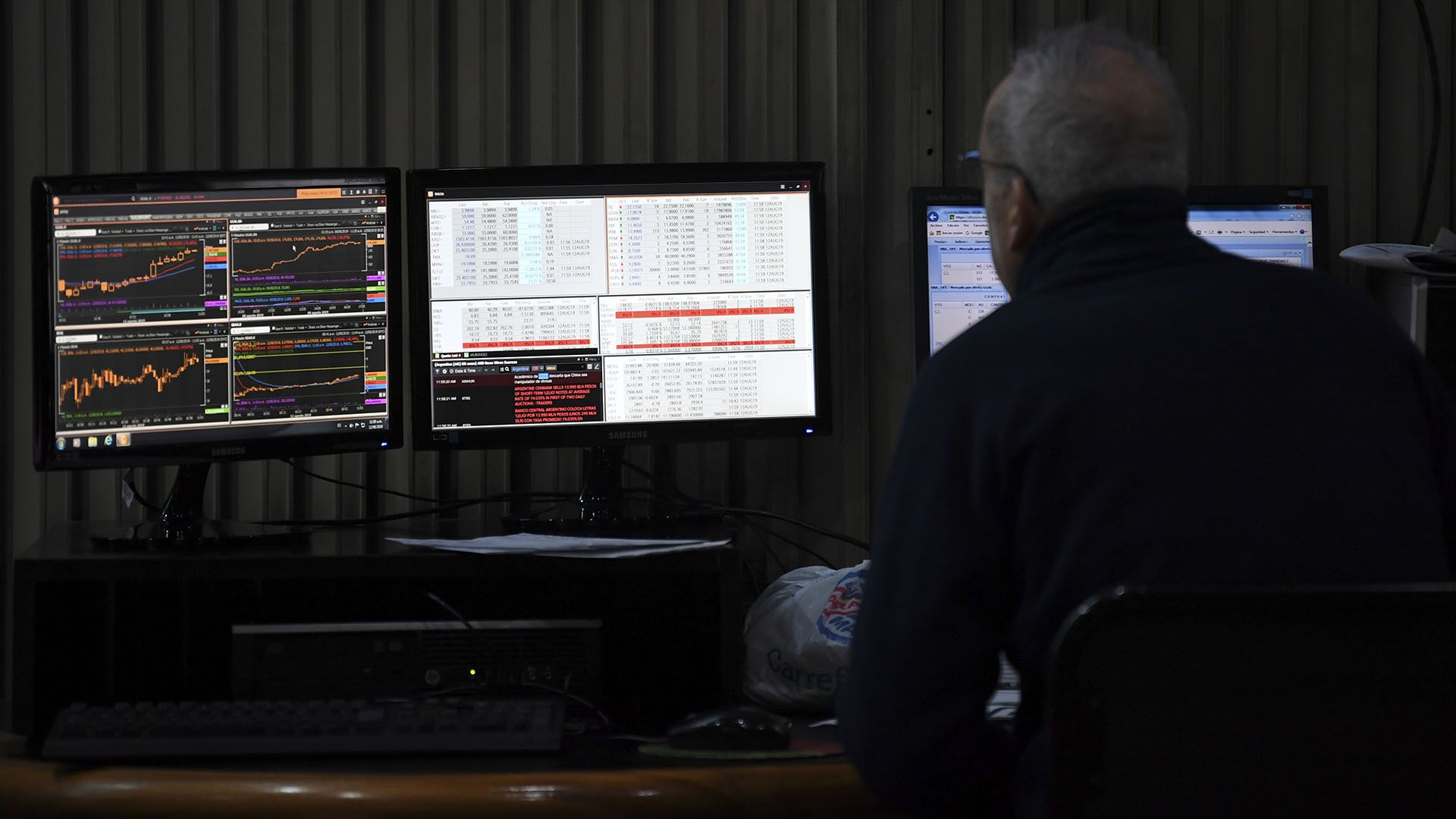 """El mercado financiero opera en un contexto de """"cepo"""", influido por clima político (AFP)"""