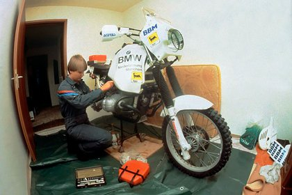En su pequeño departamento de Munich donde preparó su primera moto de carrera. Tenía 25 años (Foto: www.jutta-kleinschmidt.de)