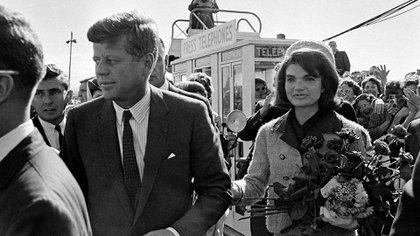 John F. Kennedy y su esposa Jacqueline Kennedy en el aeropuerto de Dallas. Unas horas después, el mandatario era asesinado mientras recorría la ciudad en un auto descapotable. (AP Photo)