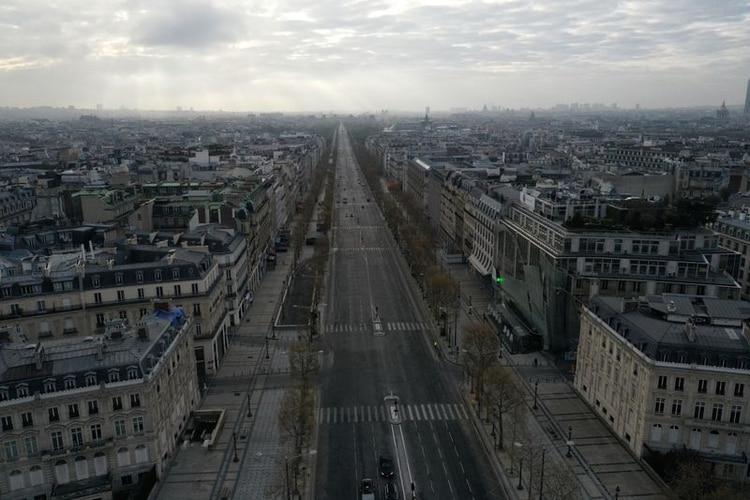 Una vista aérea muestra la desierta avenida de los Campos Elíseos en París durante una cuarentena impuesta para frenar la propagación del COVID-19 en Francia (REUTERS/Pascal Rossignol)