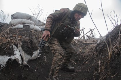 Un miembro de las fuerzas armadas ucranianas es visto en las posiciones de combate en la línea de separación cerca de la ciudad controlada por los rebeldes de Donetsk (REUTERS/Serhiy Takhmazov)