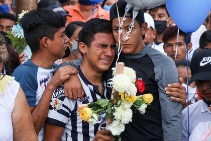 Amigos de Alexander, el joven asesinado a manos de policías, lloran la pérdida del futbolista (Foto:REUTERS/Stringer)