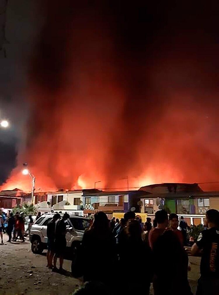 Varias casa también fueron afectadas por el incendio. (@SebaYevenes)
