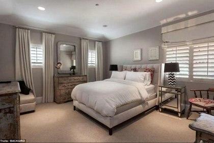 El dormitorio principal es la estrella de la casa. Tiene baño estilo spa, cine y un living.