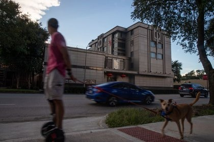Un hombre pasea a su perro por el Consulado General de China en Houston, Texas, Estados Unidos. 22 de julio de 2020. REUTERS/Adrees Latif