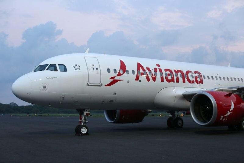 Foto de archivo. Un Airbus A320neo de la aerolínea Avianca se ve en la pista durante una ceremonia de presentación en el aeropuerto internacional Monseñor Óscar Arnulfo Romero de San Luis Talpa, El Salvador, 7 de mayo 2018. REUTERS/José Cabezas