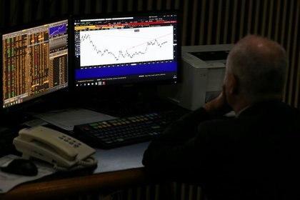 Un operador trabaja en la Bolsa de Comercio de Buenos Aires. (Reuters)
