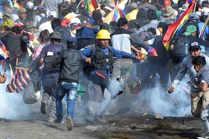 Enfrentamientos en las afueras de Cochabamba, donde murieron 9 personas en los últimos días (Reuters)