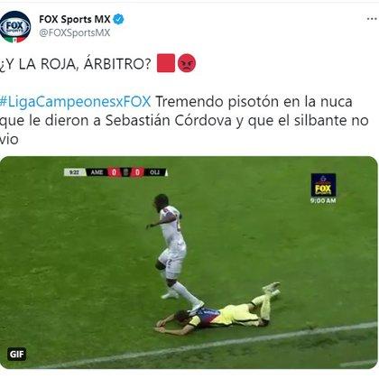 Momento en la que Córdova recibió una falta no marcada (Foto: captura pantalla Twitter/@FOXSportsMX)