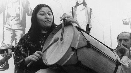 """""""La Negra"""" Sosa fue una excelente bombista. Cuando adolescente daba clases de danzas folclóricas."""