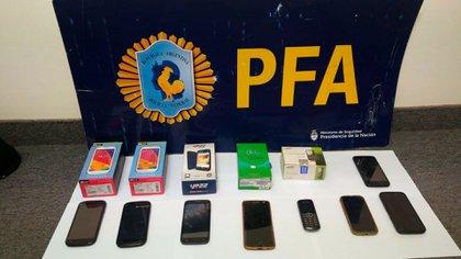Los celulares incautados al acusado.