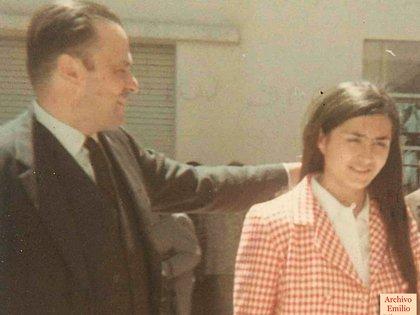 Emilio con Mónica en 1968 con el gesto característico de acariciar el pelo que él tenía (álbum familiar)