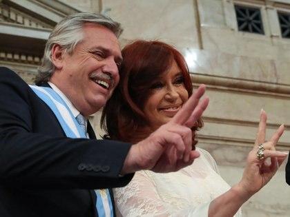 Alberto y Cristina Kirchner posaron juntos con los dedos en V luego de asumir