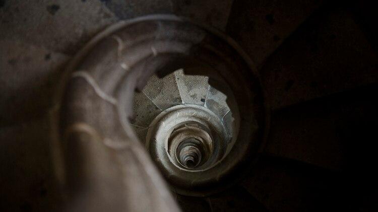 La escalera en espiral de la fachada de la Pasión hacia la campana en la torre, detalle de la Sagrada Familia (AFP/ JOSEP LAGO)