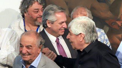 Alberto Fernández, entre Hugo Moyano y Armando Cavalieri, en su visita a la CGT de noviembre pasado