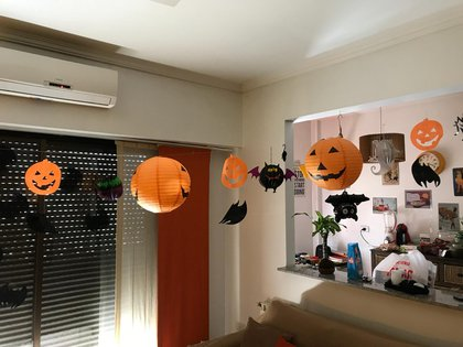 La decoración aérea con calabazas y murciélagos