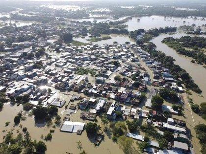 La vista aérea muestra un vecindario inundado después de la tormenta tropical Eta y frentes fríos, en Macuspana, Tabasco, México, el 9 de noviembre de 2020 en esta imagen de drone obtenida de las redes sociales. Foto tomada el 9 de noviembre de 2020. Foto: Antonio Alvarez Ruiz / vía REUTERS
