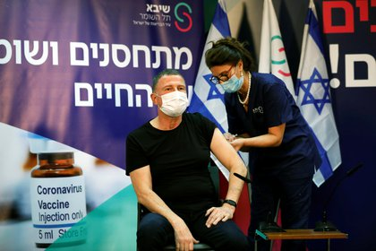 El ministro de Salud de Israel Yuli Edelstein también recibió el sábado su primera dosis de la vacuna contra el COVID-19 fabricada por Pfizr. REUTERS/Amir Cohen/Pool