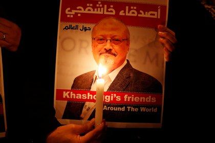 Un manifestante muestra un póster con la foto de Jamal Khashoggi (REUTERS/Osman Orsal)