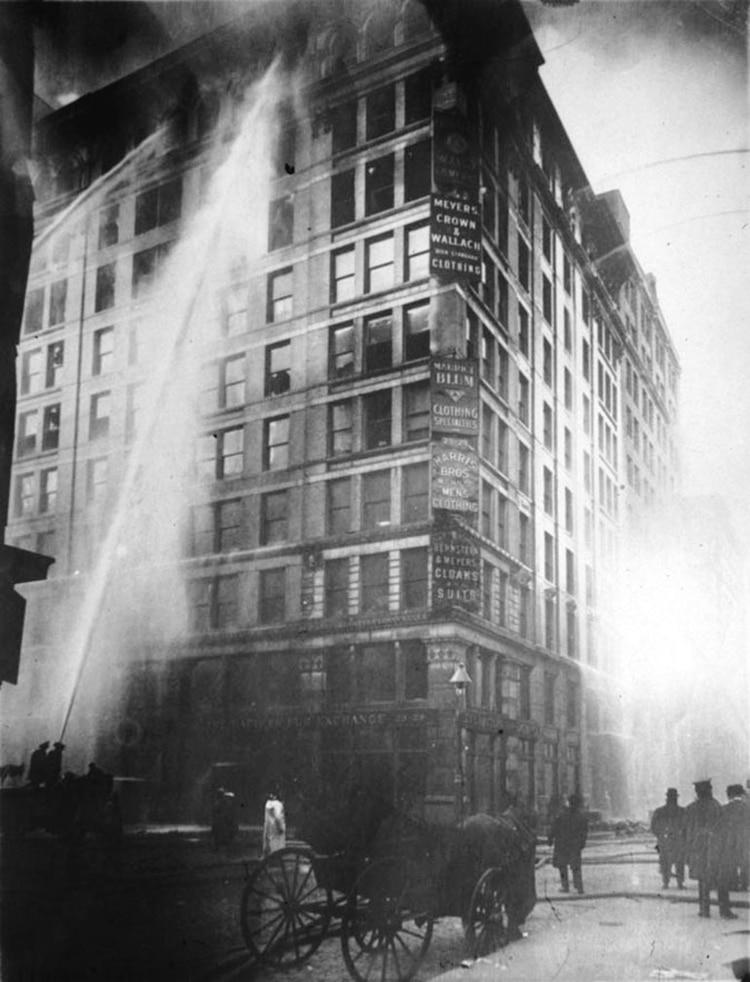 En el trágico incendio de la fabrica Triangule Shirtwaist fallecieron 146 trabajadoras.