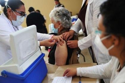 Imagen de archivo. Trabajadores de salud administran una dosis de la vacuna contra COVID-19 de la farmacéutica AstraZeneca  a una anciana, en un asilo en Ciudad de México, México. 17 de febrero de 2021. REUTERS / Henry Romero