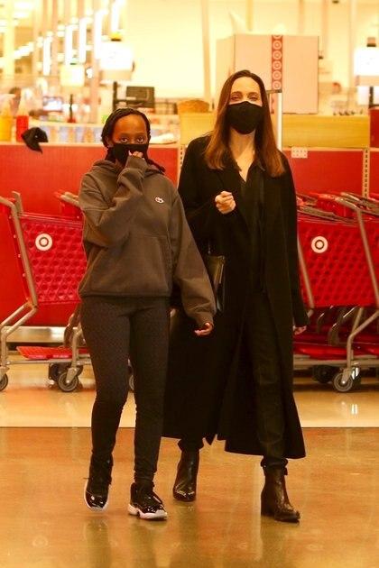 Angelina Jolie y su hija Zahara estuvieron de compras en un supermercado de Los Ángeles, California. La actriz lució un look total black mientras que su hija optó por un conjunto gris. Luego, se sentaron a tomar un café en una reconocida cadena internacional