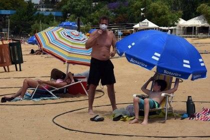 Decenas de personas disfrutaron de un día de playa tras varios meses de cuarentena
