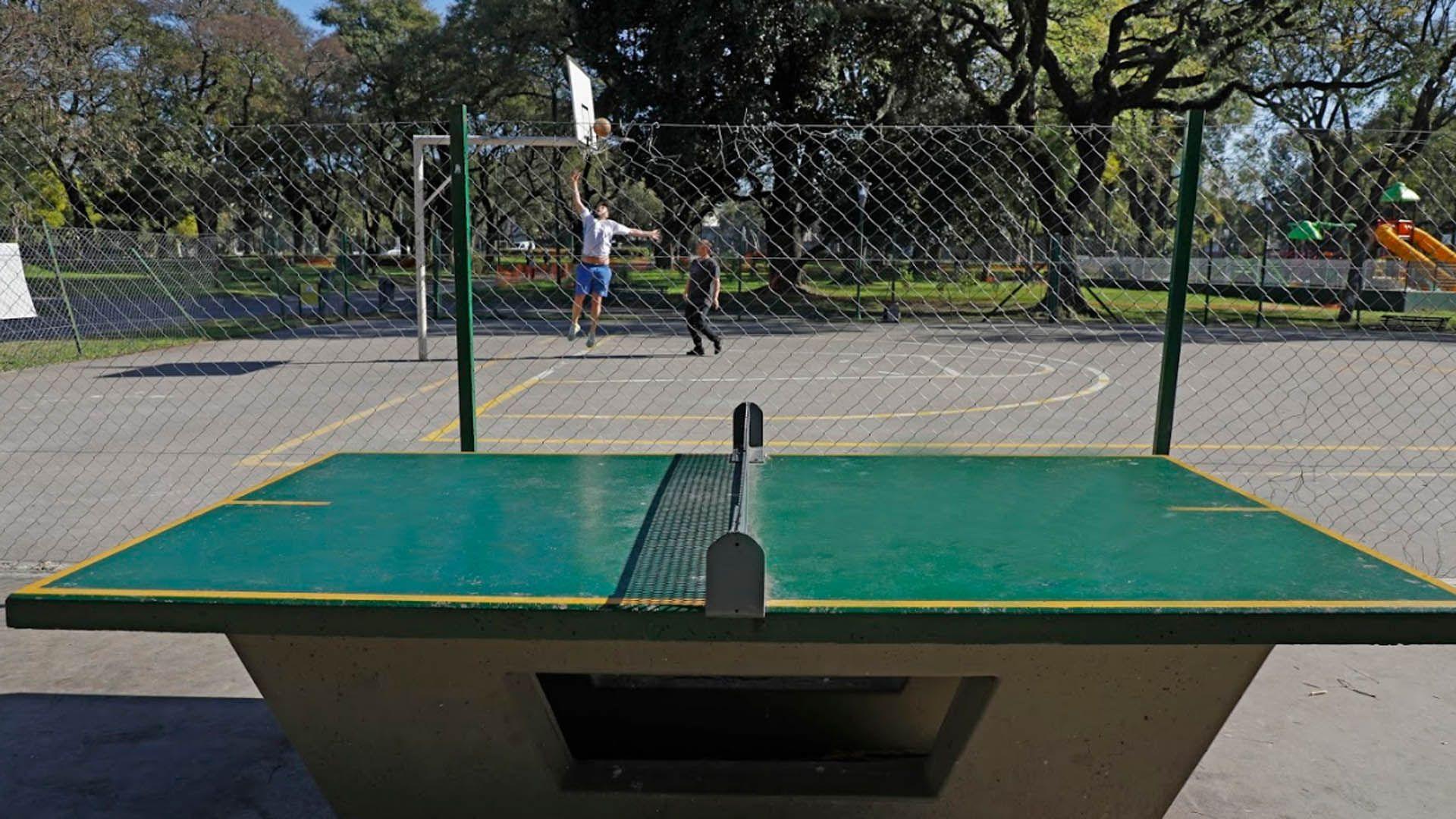 Parque Patricios es uno de los espacios verdes de mayor extensión en la zona sur de la ciudad. Fue diseñado por el reconocido paisajista francés Charles Thays e inaugurado en 1902. Sus instalaciones permiten disfrutar tanto de la naturaleza como de actividades deportivas con canchas de fútbol, básquet, mesa de ping pong y postas aeróbicas.
