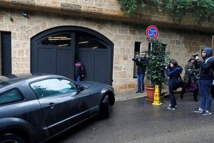 Periodistas cerca de un automóvil entrando al garaje de una casa que se cree que pertenece al ex presidente de Nissan, Carlos Ghosn, en Beirut, Líbano, 2 de enero de 2020 (Reuters)