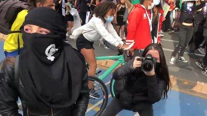 Periodista denuncia que mujeres manifestantes querían sacar a su camarógrafo hombre de protestas. Foto: captura de video.