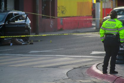 Policías acordonan la zona donde fue asesinada una persona en Tijuana, Baja California (Foto: EFE/Joebeth Terriquez)
