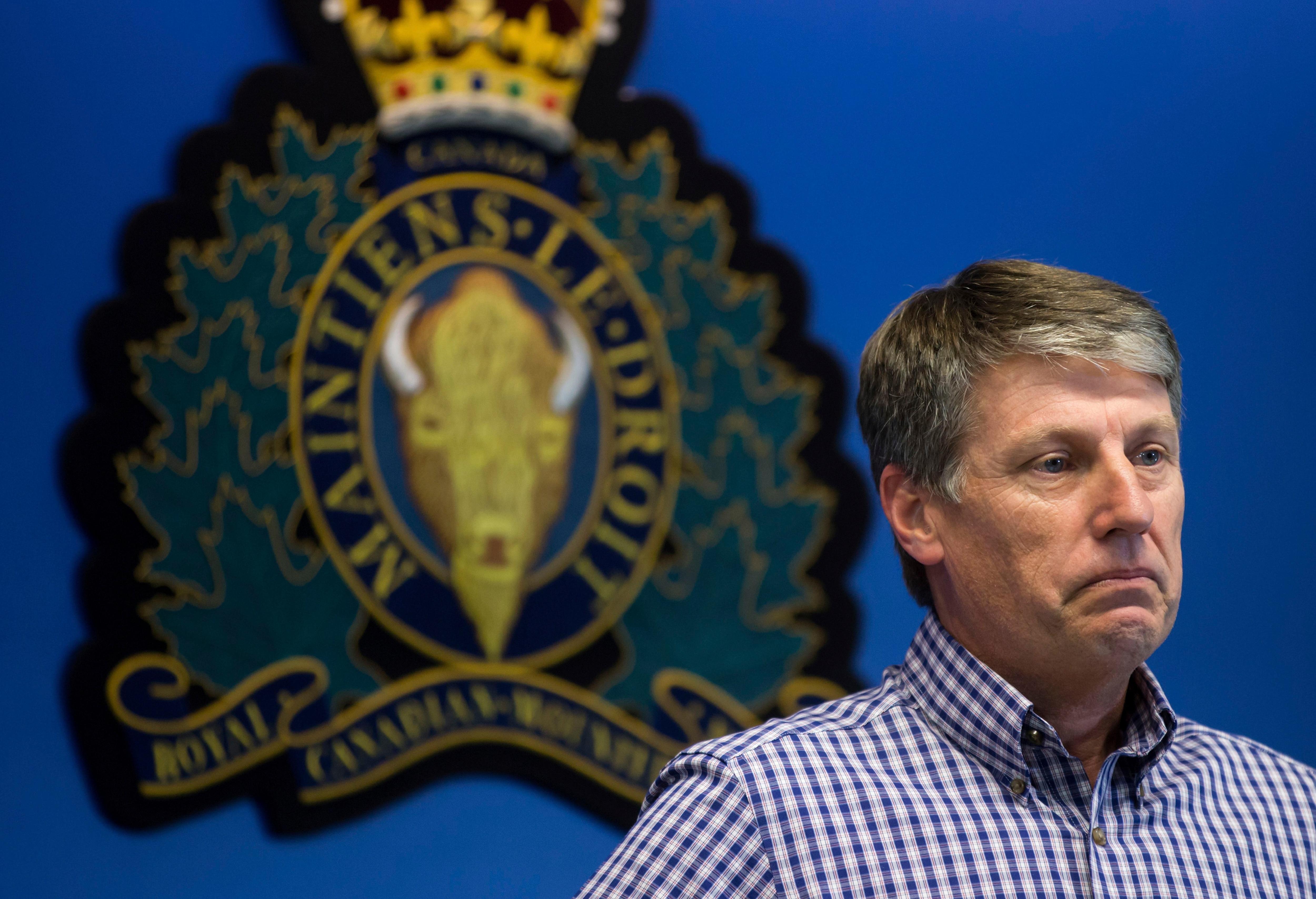 El jefe inspector de la policía del Gales del Sur Stephen Fowler pausesdurante la conferencia de prensa(Darryl Dyck/The Canadian Press via AP)