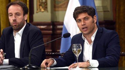 El gobernador de Buenos Aires, Axel Kicillof, acompañado por el ministro de Hacienda y Finanzas provincial, Pablo López,
