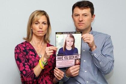 Kate y Gerry McCann, con un cartel con al imagen de su hija MAddie desaparecida
