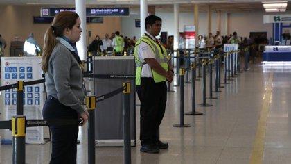 El hombre fue advertido por la policía aeroportuaria al intentar abordar el avión(Lihueel Althabe)